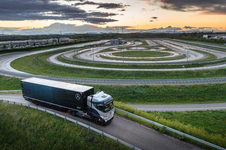 In late April, Daimler Trucks began to conduct an extensive series of demanding tests on its hydrogen-fuel-cell-powered Mercedes-Benz GenH2 Truck. - Photo: Daimler Trucks