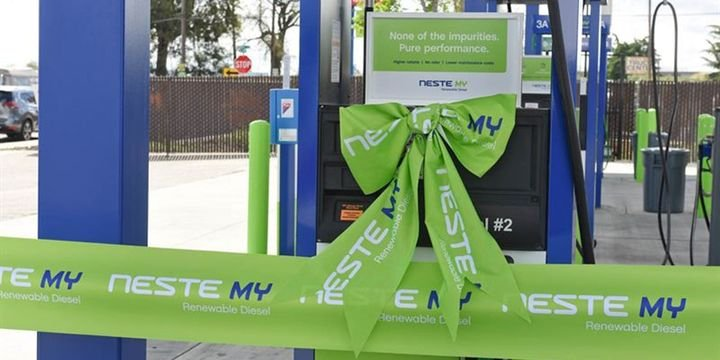 Neste's new renewable diesel fueling stations are strategically located near major commercial freight routes and are designed to accommodate commercial fleet vehicles of all sizes. - Photo: Neste