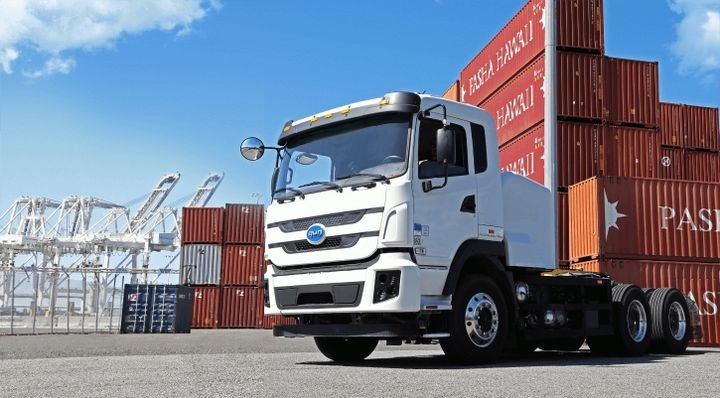 A pilot program uses BYD electric trucks to complete first- and last-mile deliveries to and from Embark transfer points in the Los Angeles area. - Photo: BYD