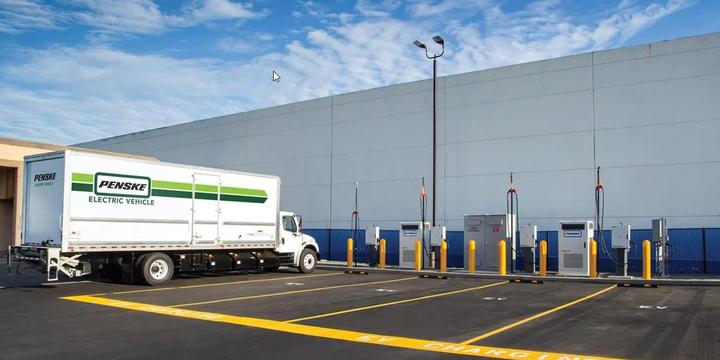 Penske is piloting an 800 kilowatt hour battery system powered by Stem's Athena smart energy storage software at Penske's heavy-duty truck charging sites in Ontario, California. - Photo: Penske