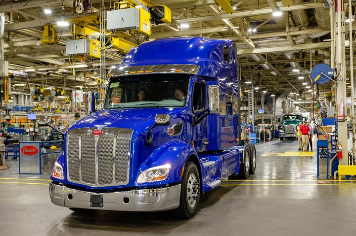 Peterbilt Delivers Its First Model 579 Ultraloft Equipment
