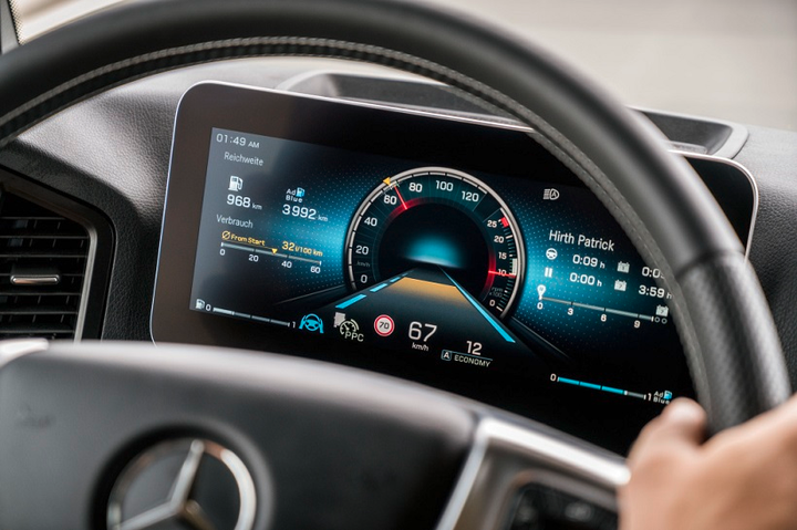 The multimedia cockpit features two flat screens with information that can be controlled via buttons on the steering wheel. 