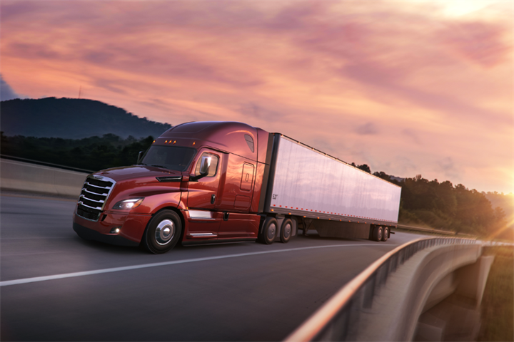 Freightliner Cascadia trucks equipped with defective Continental Hybrid HS3 tires have been voluntarily recalled by Daimler Trucks North America.