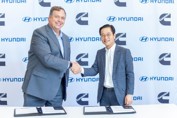 Thad Ewald, vice president – corporate strategy at Cummins, and Saehoon Kim, vice president and head of Fuel Cell Group at Hyundai Motor Group, sign a MOU on behalf of Cummins and Hyundai to collaborate on hydrogen fuel cell technology.
