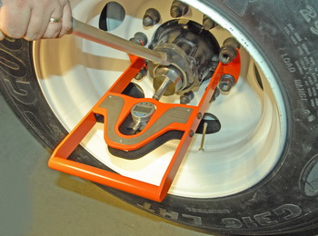 The Temper EMT provides highly accurate and consistent wheel bearing endplay measurement.