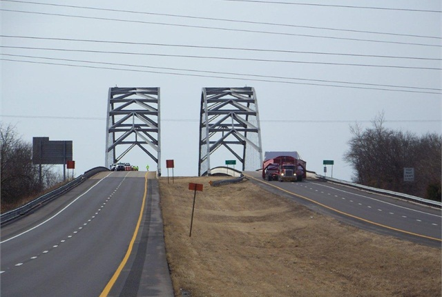 Oversize Load Chases Traffic from I-24 in Kentucky - Trailer