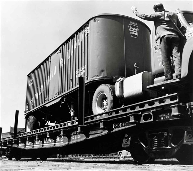 The guy on the running board is there strictly for the camera, because drivers in piggyback terminals were very good at backing trailers onto flatcars. Photo: Pennsylvania Railroad/Classic Trains