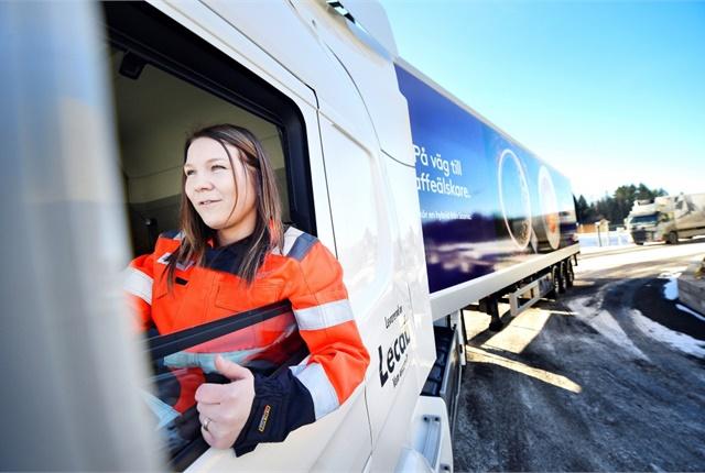 Ann-Christin Landman drives a Scania P320 in Karlstad, Sweden, powered by a hydrotreated vegetable oil-electric drivetrain. Photo:Värmlands Folkblad