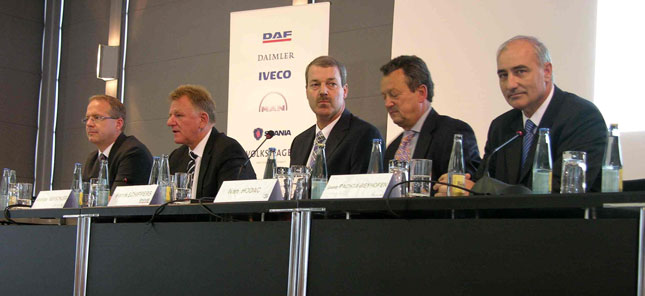 Harrie Schippers (center), CEO of Paccar subsidiary DAF, flanked by, from left, Martin Lundstedt, CEO of Scania, Andreas Renschler, CEO of Daimler Trucks, Ivan Hodac, secretary general of ACEA, and Georg Pachta-Reyhofen, CEO of MAN Truck & Bus.
