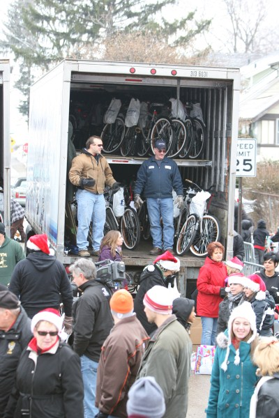 Con-way Freight Delivers 1,300 Bikes to Local Kids for Christmas