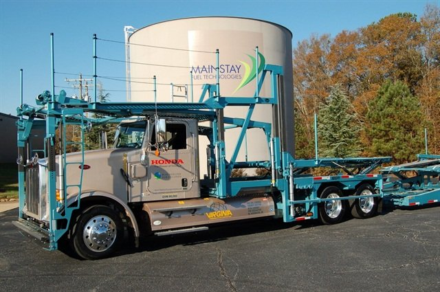 Two side-mounted Type IV CNG saddle tanks are compact enough to allow allow fitting of the car-carrier on the Peterbilt chassis. Photo: Mainstay Fuel Technologies