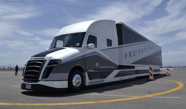 The first Freightliner SuperTruck achieved a 115% freight efficiency improvement, hit 50.2% brake thermal efficiency (the goal was 50%), and achieved 12.2 mpg in real-world operation. Photo by Stephane Babcock.