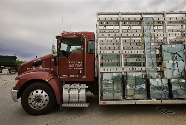 Photo of Dallas Flat Glass Distributing's T270 courtesy of Kenworth.