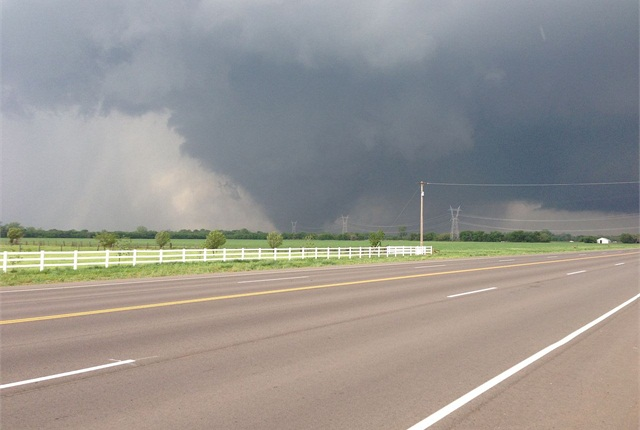 A tornado bears down on southern Oklahoma City. (Photo via Wikimedia Commons)