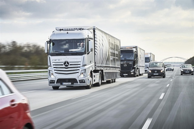 Mercedes-Benz Actros trucks driving in a connected convoy (truck platoon) using the Highway Pilot Connect system. Photo: Daimler
