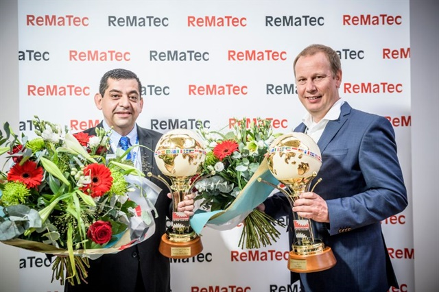 Salvador Munoz Zarate (left), product line leader at Wabco Reman Solutions, and Peter Bartel, engineering director at Circular Economy Solutions, jointly received ReMaTec's Remanufacturer of the Year 2017 award. Photo: Wabco Holdings