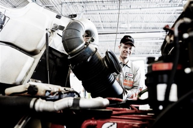 A Ryder technician performing a scheduled preventive maintenance checkup on a Ryder pre-owned vehicle. Photo: Business Wire