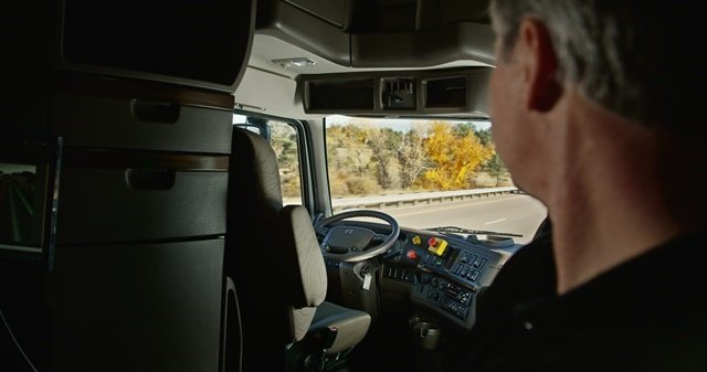Truck driver monitoring a 120-mile autonomous truck demo trip run in Colorado last year. Photo: Uber (Otto)