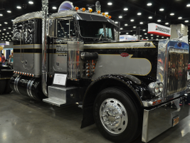 1986 Peterbilt 359 Extended Hood, owned by Dave Friend of Rossville, Ind. Photo by Jim Park