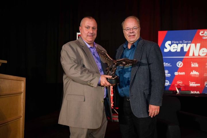 Automotive Fleet associate publisher and editor Mike Antich (R) presented Bailey with the award. - photo: Bobit