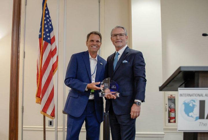Although Ben Lange, the CEO and President of America's Auto Auction and Auction Credit Enterprises, was named for the award in 2020, he was able to receive it this year in person from IARA President Paul Seger. - Photo: IARA