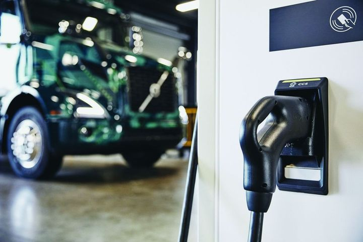 Plug-in hybrid-electric vehicles are one component of a zero-emission vehicle (ZEV) strategy. - Photo: Volvo Trucks