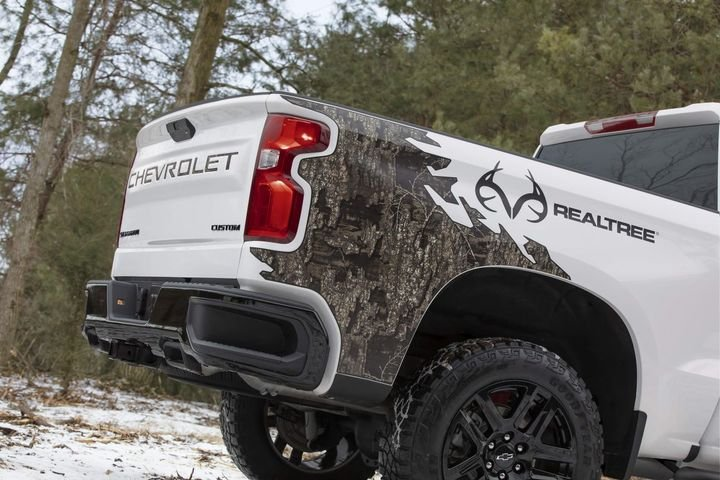 The truck is equipped with Silverado's Durabed, which offers the most standard cargo capacity in the segment, 12 standard tie-downs and a high-strength, roll-formed steel bed floor. - Photo: Chevrolet
