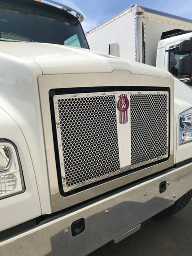 A radiator-mounted grille is now available for the T880S equipped with the 114-inch BBC short hood. - Photo: Kenworth