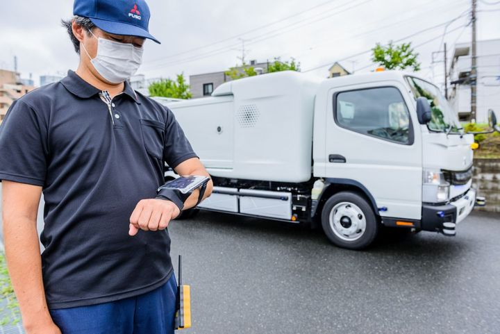 Operators walking alongside the vehicle can control the eCanter SensorCollect remotely, through a wireless HMI (Human Machine Interface). - Photo: FUSO