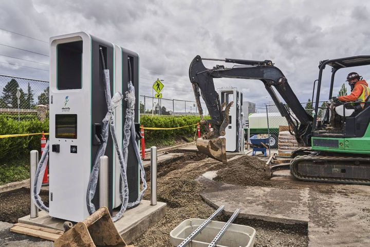 The project includes five new charging stations with four individual chargers each, for a total of 20 ultra-fast chargers across the state. - Photo:Electrify Commercial