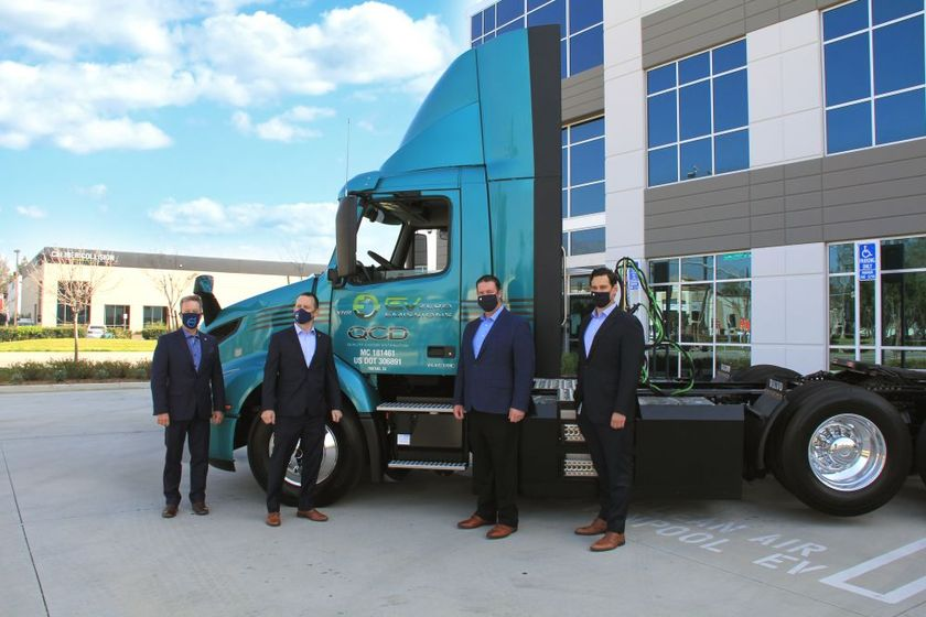 Volvo hands over the keys of the brand-new VNL Electric to QCD.