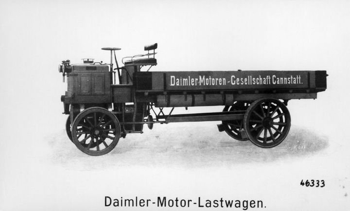 In 1898, Gottlieb Daimler and Wilhelm Maybach shifted the two-cylinder Phoenix engine of the six-hp vehicle, which had been located at the rear, to a position under the driver's seat. - Photo: Daimler Trucks