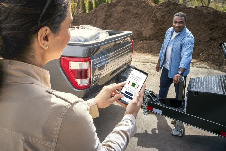 Smart Hitch measures tongue weight to help customers properly hitch up and reduce the possibility of trailer sway when towing. - Photo: Ford