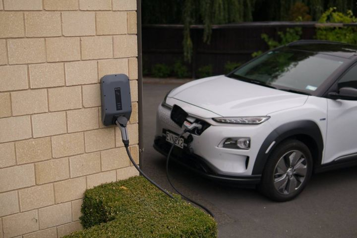 The energy company will add rapid-charging stations along U.S. highways, helping customers minimize range anxiety. - Photo: Pexels/Ed Harvey