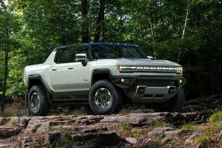 TheGMC Hummer EV wasintroduced in late 2020, and it is scheduled to be available to the public before the end of 2021. - Photo:GMC