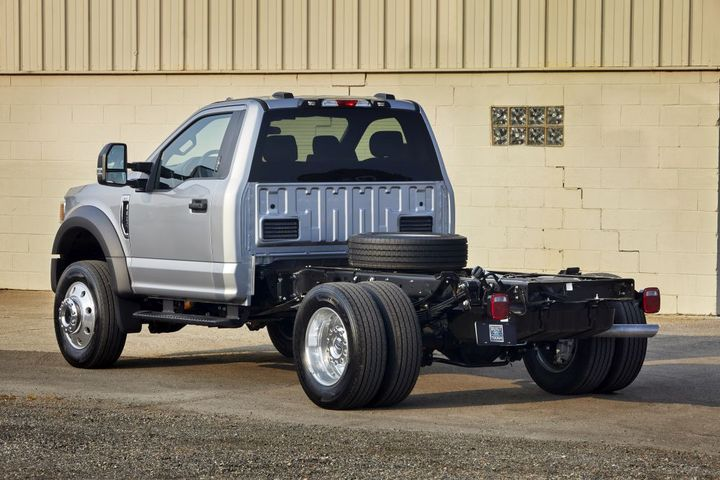 With the available 6.7L V-8 Power Stroke diesel engine, the Ford F-600 delivers gooseneck towing capacity of 34,500 pounds and a maximum GCWR of 43,000 pounds. -