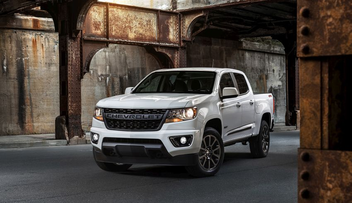 The street-focused 2019 RST is based on the LT trim and adds monochromatic exterior offset with black beltline and body side moldings. It also adds a black tailgate bowtie, Colorado and RST badges. The RST is also the first Colorado to offer 20-inch wheels – finished in low-gloss black.