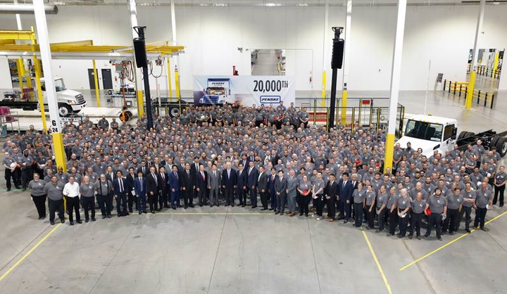 In a ceremony heldto commemorate the delivery, members of Hino Trucks, the entire plant gathered to show Hino pride.  - Photo: Hino Trucks