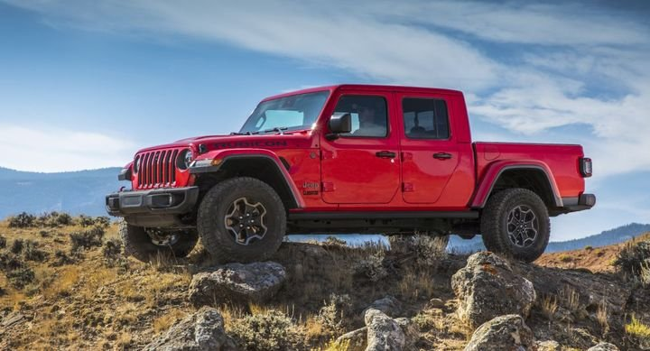 Additionally, all Gladiator EcoDiesel models feature a 3.73 axle ratio. The Rock-Trac two-speed transfer case with a 4.0:1 low-range gear ratio is standard on Rubicon models and the Command-Trac part-time two-speed transfer case with a 2.72:1 low-range gear ratio on Sport and Overland models.  - Photo: FCA