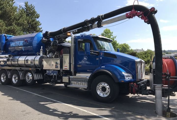 To keep storm drains clear of debris, the City of Kirkland utilizes Kenworth T880s, equipped with Vactor 2100i series combination sewer cleaner and vacuum tanks.
