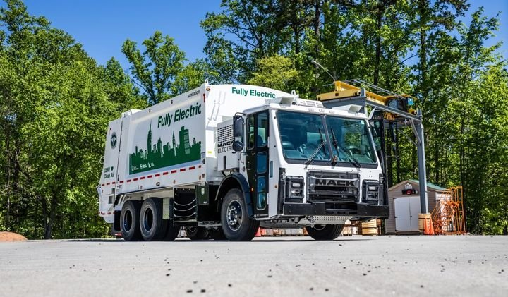 Mack Trucks announced plans to commercialize the Mack LR Electric refuse model powered by a fully electric integrated Mack drivetrain. Orders for the Mack LR Electric will open in Q4 2020, with deliveries beginning in 2021. - Photo: Mack Trucks