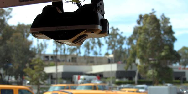 车载设备中的Driveri可以安装在车辆后视镜的正下方,并且包装了很多