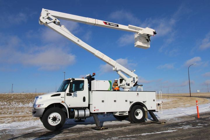The product reduces idling, increases fuel savings, and minimizes noise and air pollution by utilizing stored plug in electric power to operate the equipment. - Photo: Terex Utilities