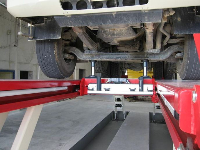 Thepurpose-built, air-driven hydraulic accessories for Skylift utilize twin lifting pistons with integrated mechanical locks to deliver wheels-free access for tire and break repairs on virtually any vehicle. - Photo: Stertil-Koni
