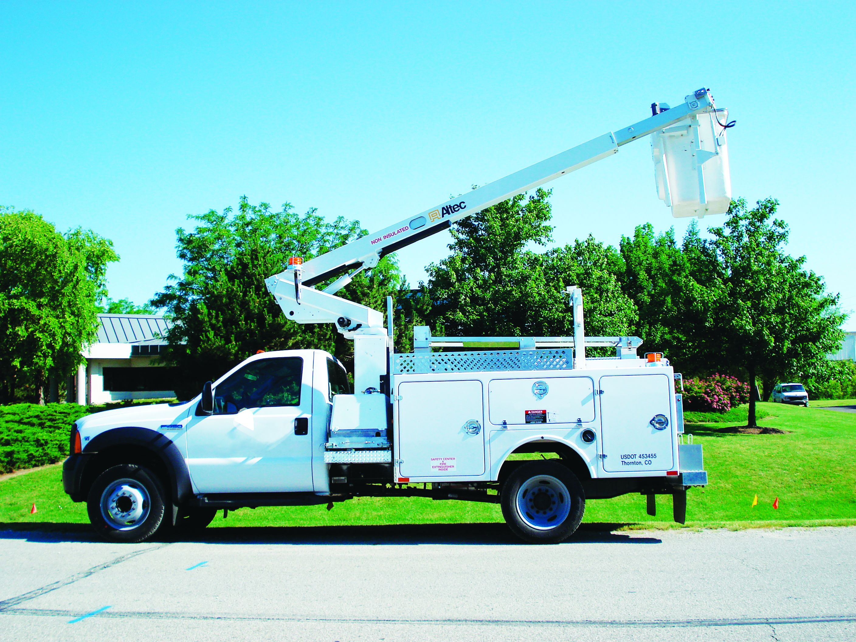 Pros and Cons of Fiberglass vs. Steel Service Bodies
